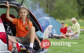 gohosting telt og pige i bil